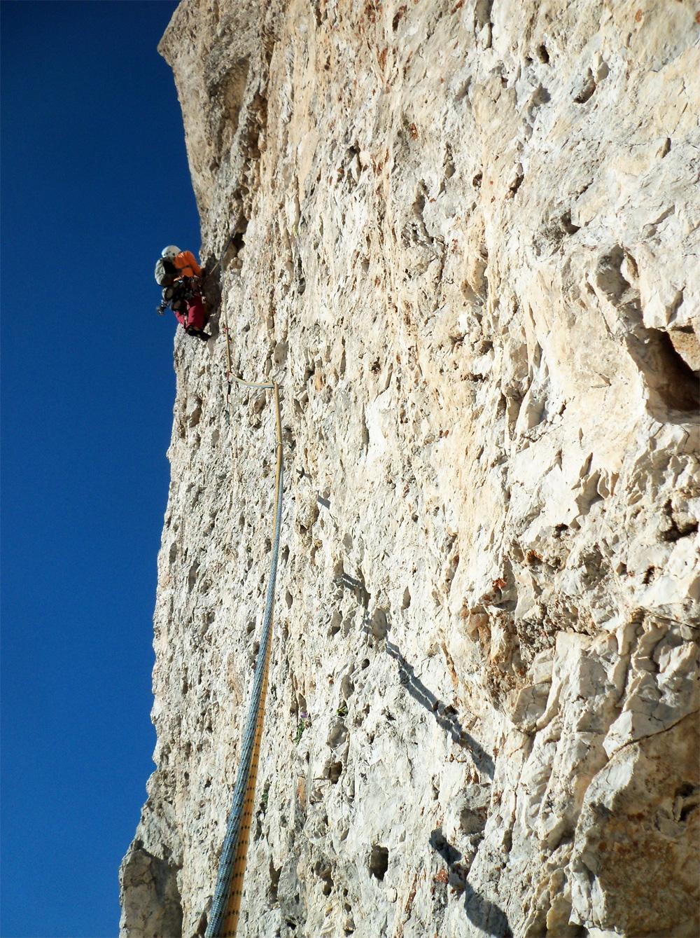 Sass Maòr, la supermatita delle Dolomiti 2supermatita-alla-ricerca-della-via-in-traverso-verso-i-gialli-foto-lorenzo-fanni