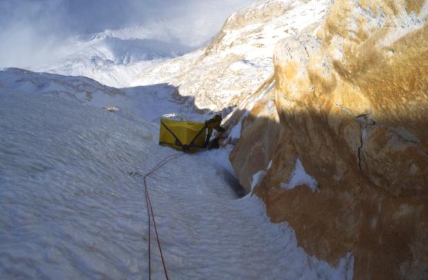 Il 'ledge nel central couloir, a circa 6400m. Foto: Athol Whimp.