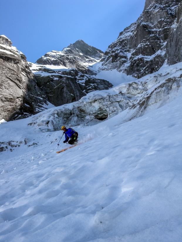 16 aprile 2011 Claudio Pozzi in fondo al colle del gemelli con il ghiacciaio spazzato via dal crollo del 27 dicembre 2011. CREDIT Alberto De Bernardi