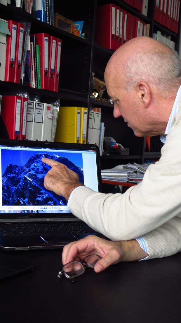Stefano De Bnedetti indica il punto di partenza della sua discesa sulla Scipione-Borghese